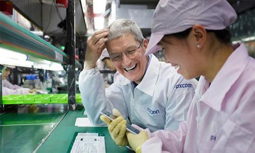 Тим Кук на заводе Apple