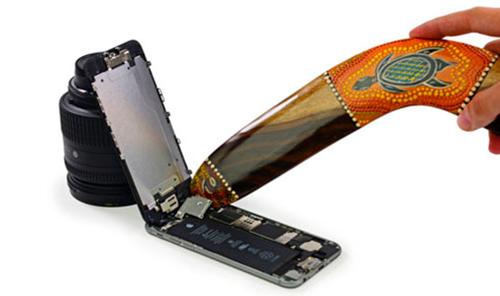 Отсоединение шлейфа дисплея айфона