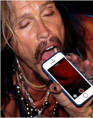 Свой язык Стив Таллер фотографирует с помощью iPhone 6