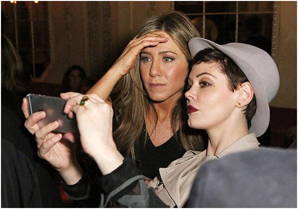 Дженнифер Энистон и ее подруга фотографируются с помощью iPhone 6