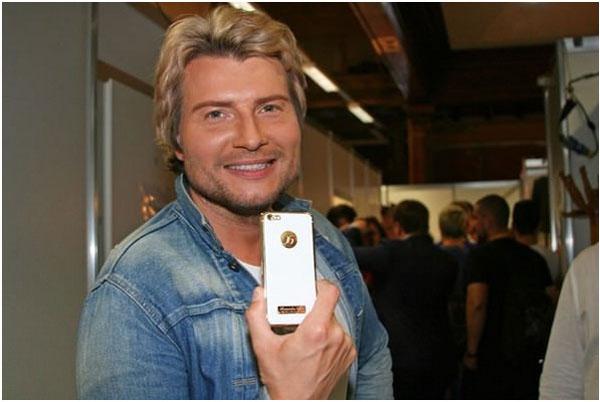 Николай Басков фотографирует себя на iPhone 6