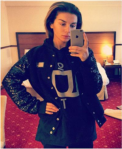Анна Седокова сама фотографирует себя с помощью iPhone 6