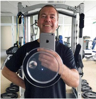 Дмитрий Медведев фотографирует себя с помощью iPhone 6