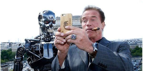 Арнольд Шварценеггер фотографирует себя и железного робота на iPhone 6