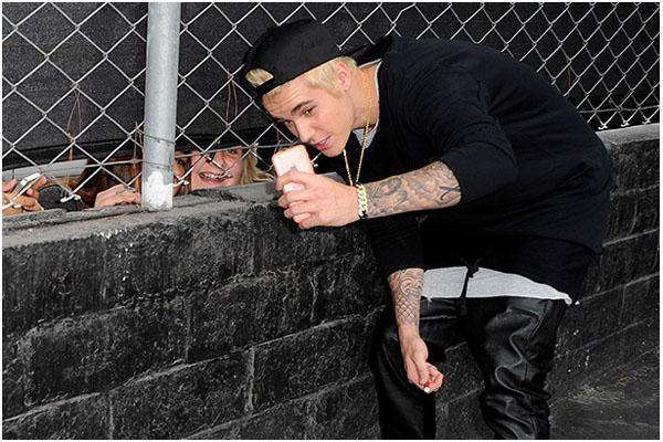 Джастин Бибер фотографирует поклонников с помощью iPhone 6