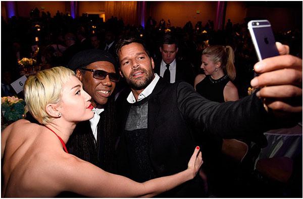 Рикки Мартин фотографирует себя и друзей с помощью iPhone 6