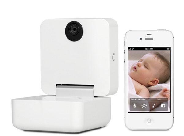 Изображение спящего ребенка на экране iPhone и видеоняня Baby Monitor