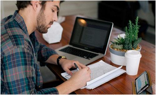Чехол bookbook помогает iPhone 6 принять горизонтальное положение на столе