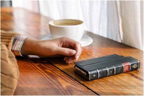 Лежащий на столе iPhone 6 в чехле bookbook