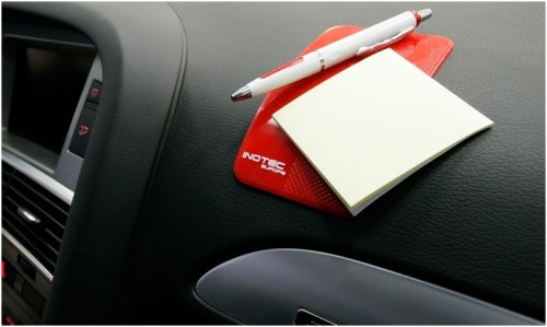 Коврик-держатель, ручка. блокнот на приборной панели