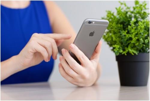 В руках у девушки серый iPhone 6