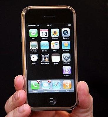 В руке держат iPhone 2G