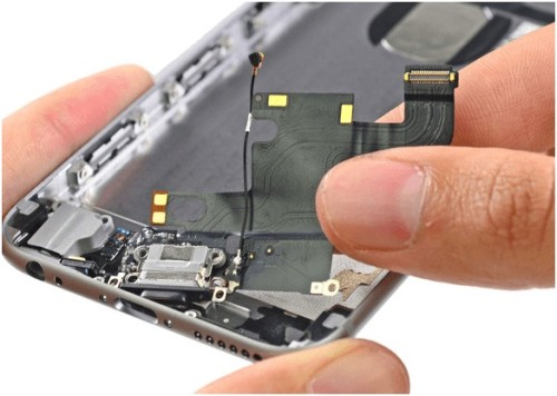 Шлейф и разобранный iPhone