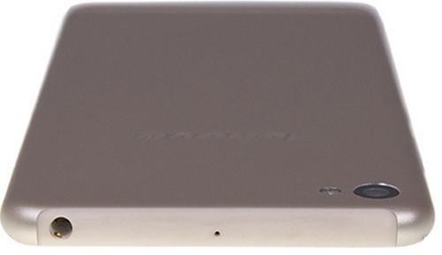 Смартфон Lenovo имеет пластиковую накладку на верхнем торце