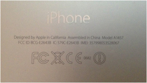 Часть стикера с подписью, которая подтверждает подлинность iPhone