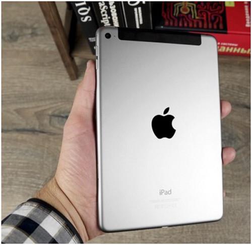 iPad держат в руке