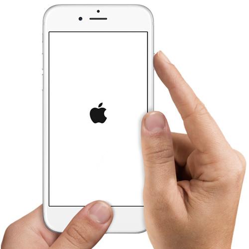Черное яблоко на белом фоне