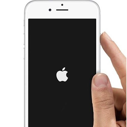 Белое яблоко на черном фоне