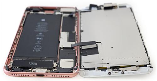 Разобранный iPhone 7 и его аккумулятор